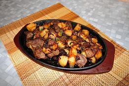 Верблюжатина с луком и картофелем в жаровне