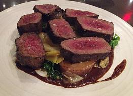 Мясо лося, приготовленное крупным куском
